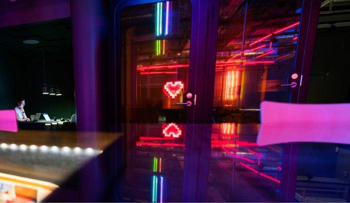 Två neonhjärtan som lyser.
