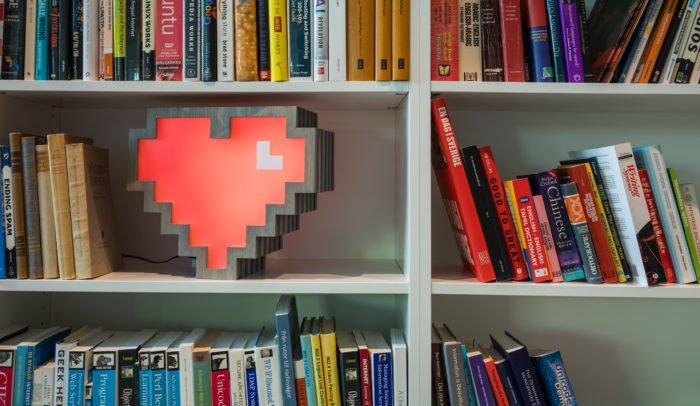 Internetstiftelsens hjärtlogga i en bokhylla
