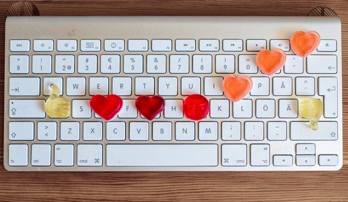 Ord och mod – temaspår på Internetdagarna 2021. Tangentbord med hjärtan.
