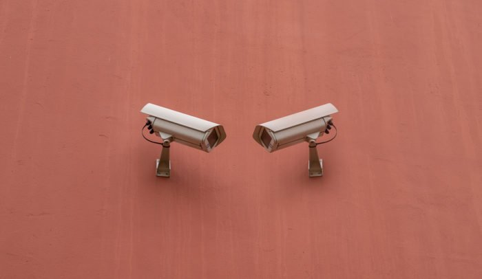 Två övervakningskameror på en vägg.